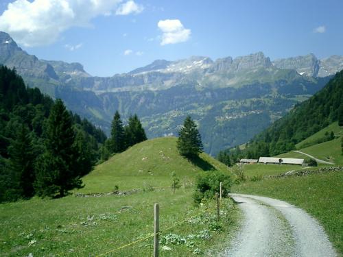 Am Ausgang des Durnachtal sieht man auf der anderen Seite Braunwald