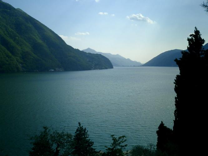 Der wunderschöne See von der hundsmiserablen Strasse aus