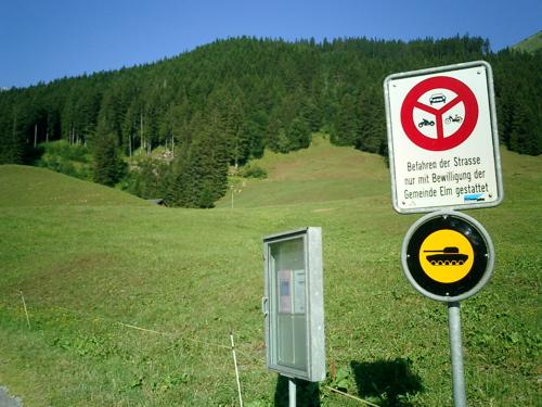 Verkehrszeichen nur für Militärfahrzeuge