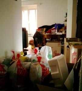 Im Gang stapeln sich die Säcke für die Kleidersammlung