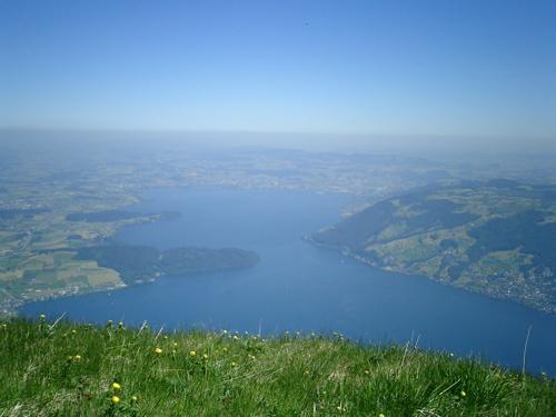 Blick vom Rigi zurück ins Mittelland über den Zugersee